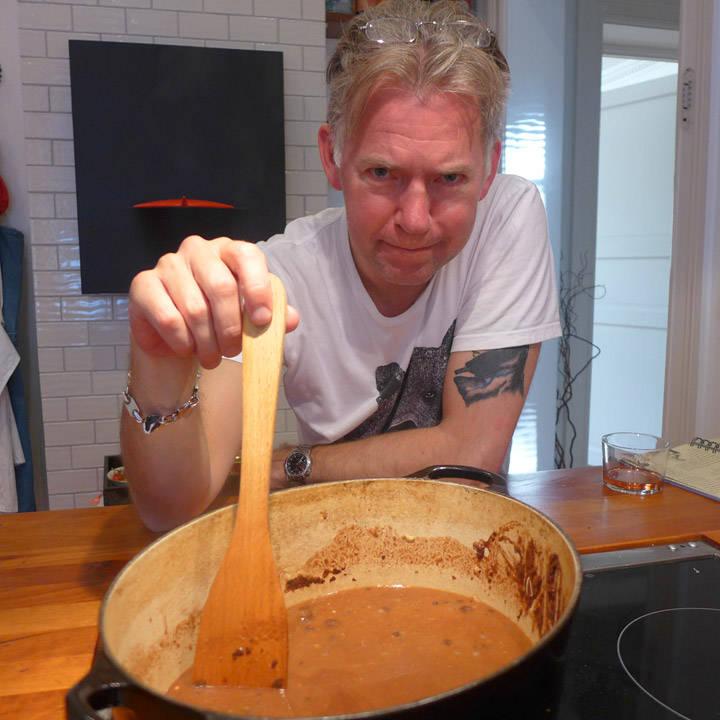 Hæ? Skal dette bli saus til en middagsrett? Erik er skeptisk til all kakaoen.