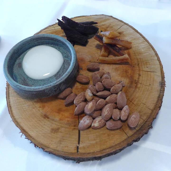 Snacks: Røkte mandler, skorsenerrot, tørket rødbete og syrlig dipp