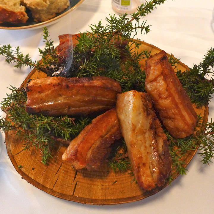 Tredje rett: Bornholmst svin som er konfitert, asparges, ramsløksblader, margbein og øl. Dette smeltet på tungen!