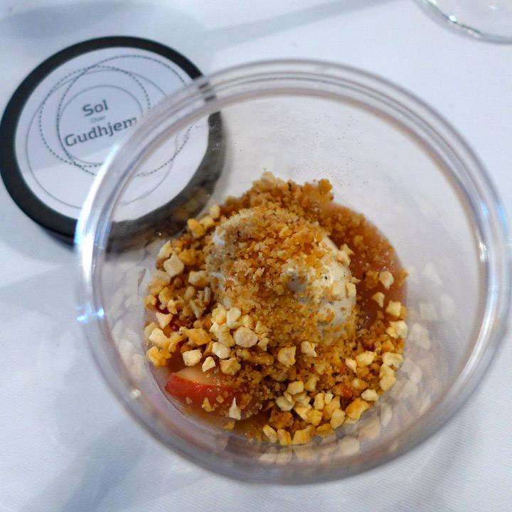 Eplepuré med rå eplebiter og en myk lakrismarengs