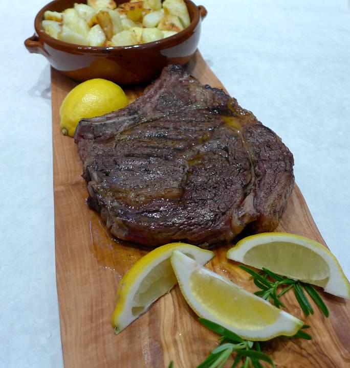 Perfekt grillet florentinersteak med sitron og ovnsstekte poteter.
