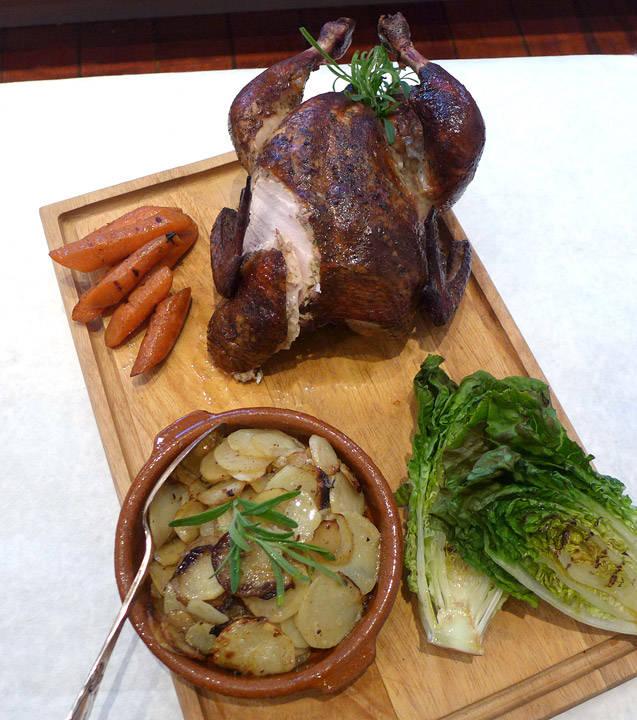 l1020290 - Signaturmeny del 2: Hovedrett: Røkt kylling med honningglaserte gulrøtter, grillet salat og grillede rømmepoteter