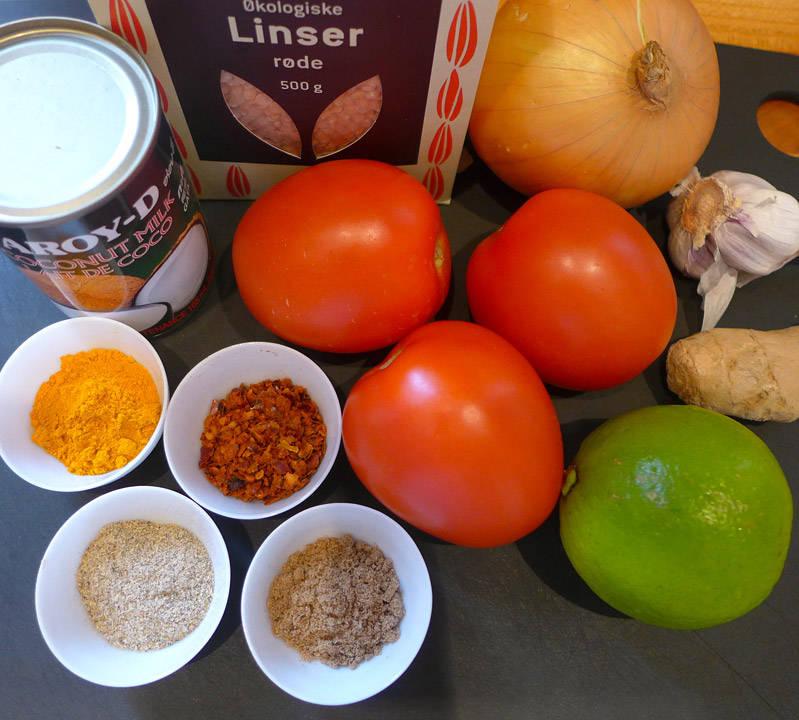 løk, hvitløk, tomater, ingefær, lime, røde linser, kokosmelk, gurkemeie, chili, kardemomme og koriander.
