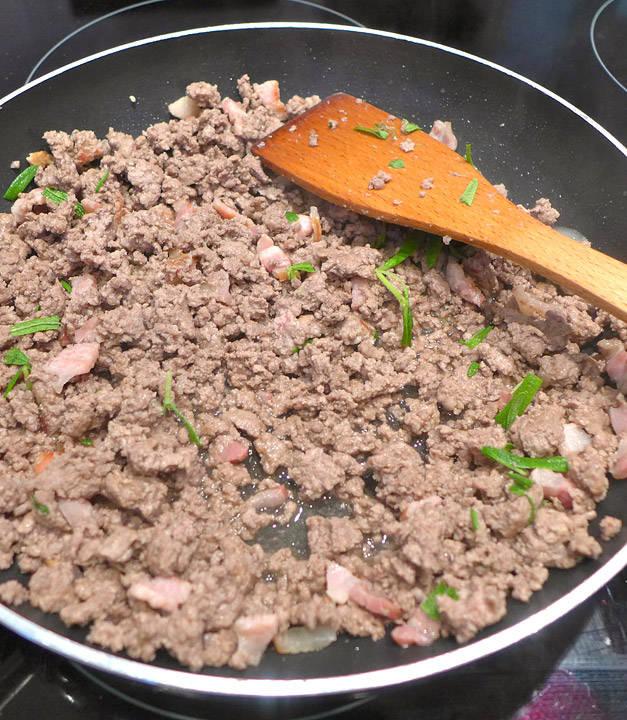 Kjøttdeig, bacon og rosmarin.