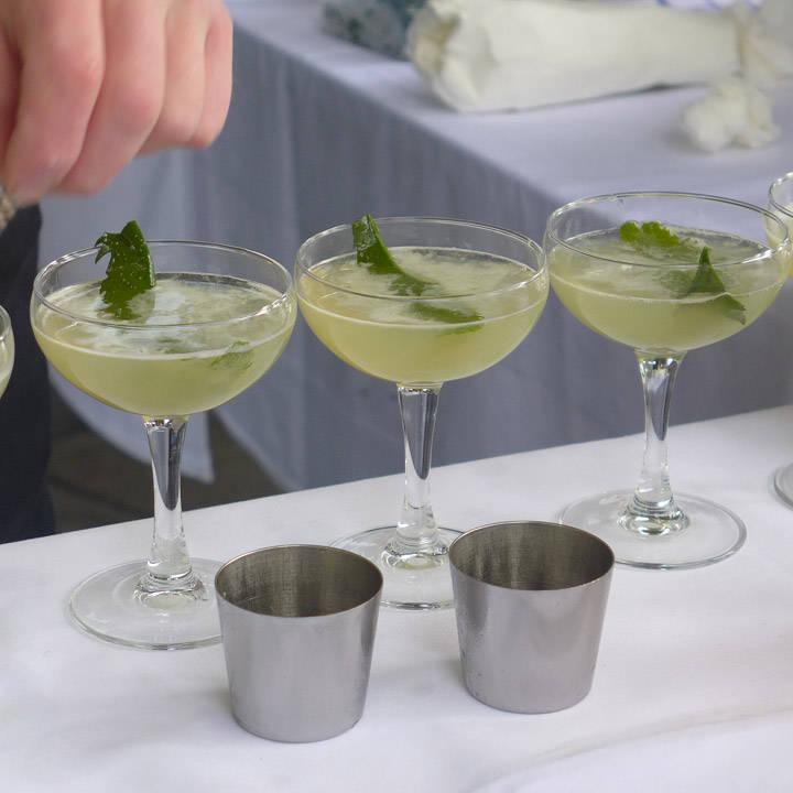 Tangen legges på toppen av drinken