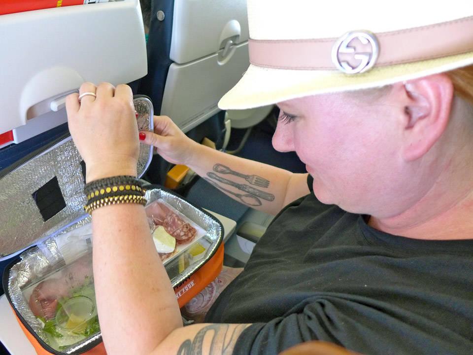Vel inne på flyet åpner jeg matboksen fra Gordon.