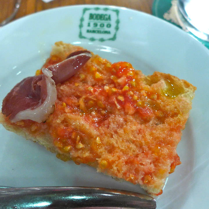 Pan con tomate hører med til maten.