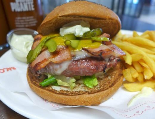 Burgertrenden er over oss og det er mange burgersteder som er veldig, veldig bra. Men det er også mange steder som serverer sørgelig, dårlige burgere. De gidder ikke jeg å konsentrere meg om, for jeg er opptatt av de gode. Jeg har tidligere skrevet om gode burgersteder i Oslo (Munchies, Illegal burger og Burger bar) og London (Baron og Q on the roof). Barcelona har også en utrolig bra burgerbar. Den heter BACOA. Dette er et skikkelig gourmet-burgersted. Enkelt interiør, men effektiv service og nydelig mat. Her får du utdelt en lapp hvor du skal fylle inn det du skal ha. Du krysser av for om du vil ha oksekjøtt av beste kvalitet fra sertifiserte gårder i Spania, eller om du vil ha økologisk oksekjøtt fra Pyneneene. Du kan også velge kvalitetssvin, kylling eller vegetar. Av okseburgere kan du velge syv forskjellige burgere. De er alle på 200 gram. Du kan velge mellom vanlig burgerbrød, ingen brød eller glutenfritt. Alle brød er hjemmelaget. Du har valget mellom fire forskjellige potetretter: French fries, rustikke poteter, kokte poteter med alioli eller patatas bravas, som er typisk katalansk. Alt hos BACOA er hjemmelaget. Alle sausene, majonesene og sennepen er laget friskt fra bunnen av. Det er et ekstra pluss. Ingen varer har vært frosset. Alt er ferskt. Dessuten er alt av plastbestikk og plastglass ikke laget av plast, men av miljøvennlig, nedbrytbar mais. BACOA BACOA. Du fyller inn skjema og betaler i kassen. BACOA har tre avdelinger. Hovedburgerbaren BACOA ligger i Ronda de la Universitat 31, rett bak Plac