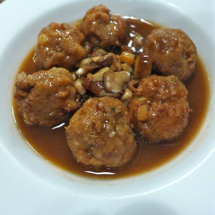Kjøttboller med blekksprut og svinekjøtt.