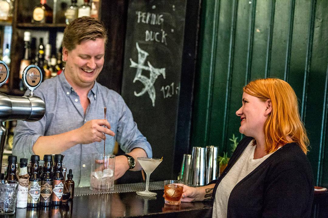 Jeg er skikkelig fornøyd med å få lære ekte cocktails av Norges beste bartender, kan jeg si dere. (Foto: Stian Broch/Diageo. Må ikke brukes uten tillatelse fra Diageo.)