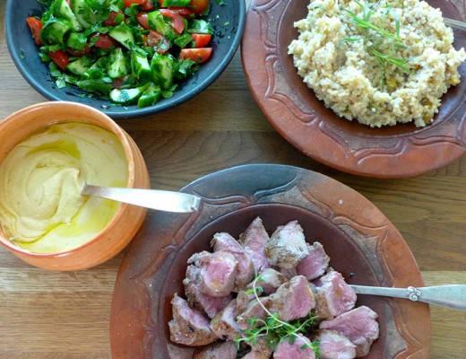 l1030627 520x400 - Lam med hummus, bulgur og frisk salat