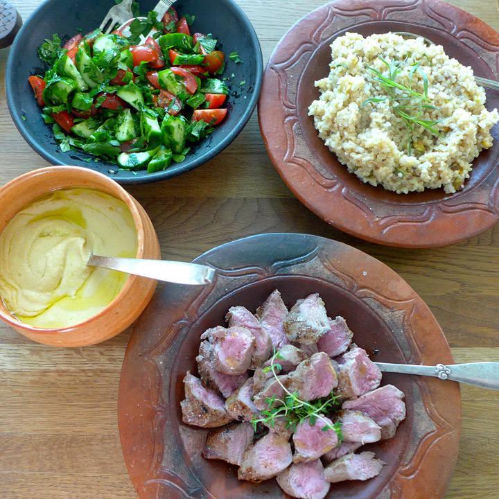 l1030627 - Lam med hummus, bulgur og frisk salat