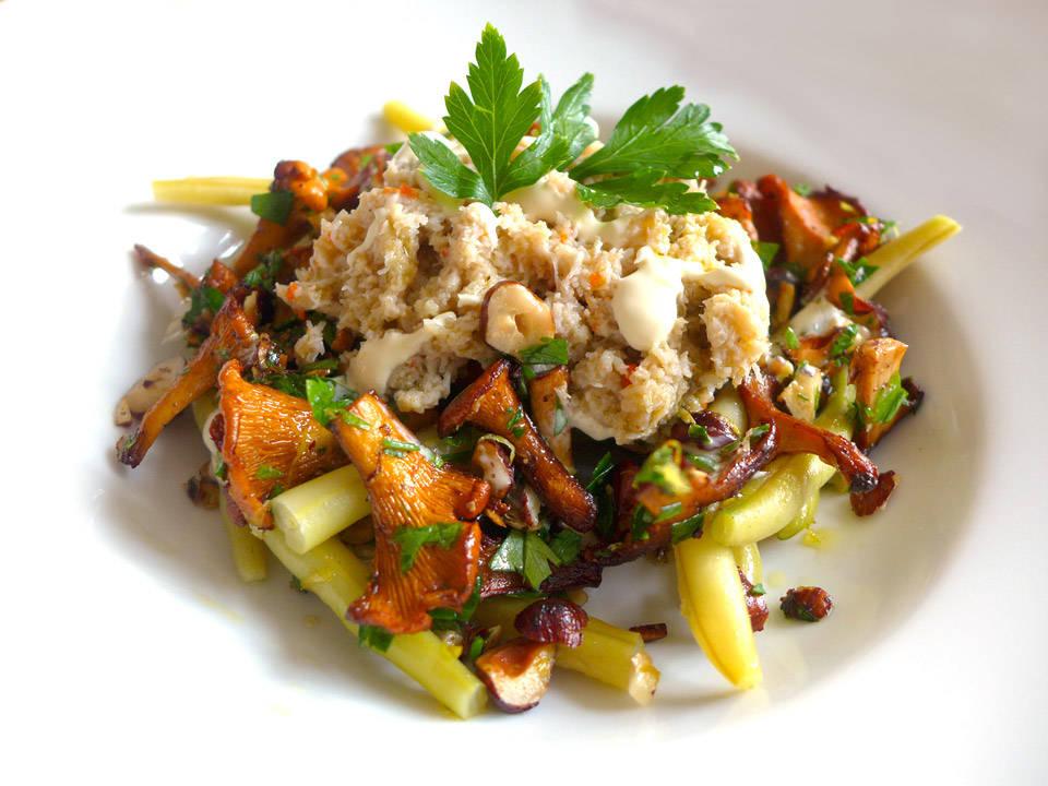 l1030832 - Bønnesalat med kantareller, hasselnøtter og krabbe med syrlig rømmedressing
