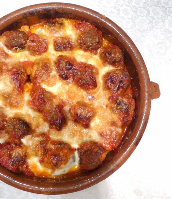 viltboller - Viltboller med pasta, tomat- og paprikasaus og et deilig ostelokk