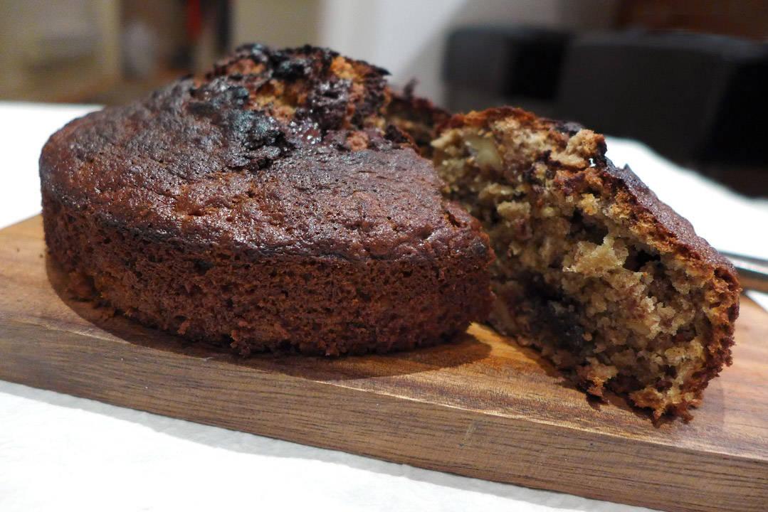 l1060165 - Banankake med sjokolade, kaffe og valnøtter