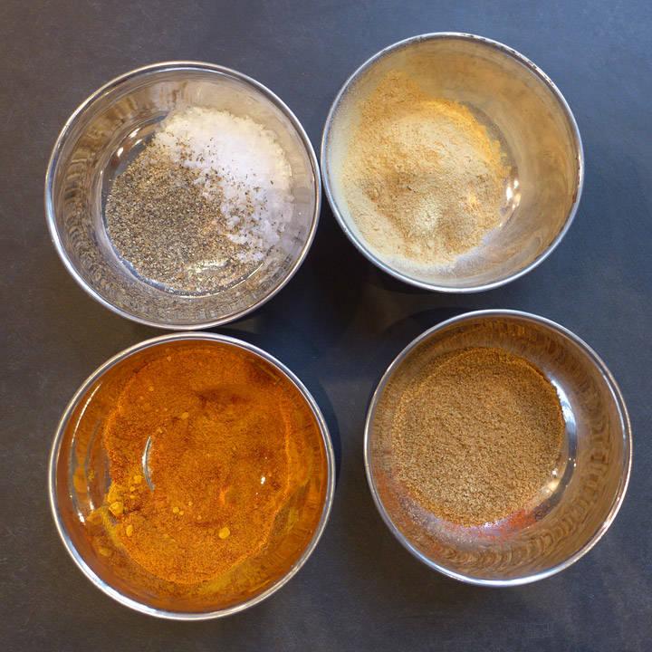 1 del sort pepper. 1 del flaksalt. 1 del ingefærpulver. 1 del paprikapulver (søtt). 1 del malt spisskummin. 1/2 del gurkemeiepulver.