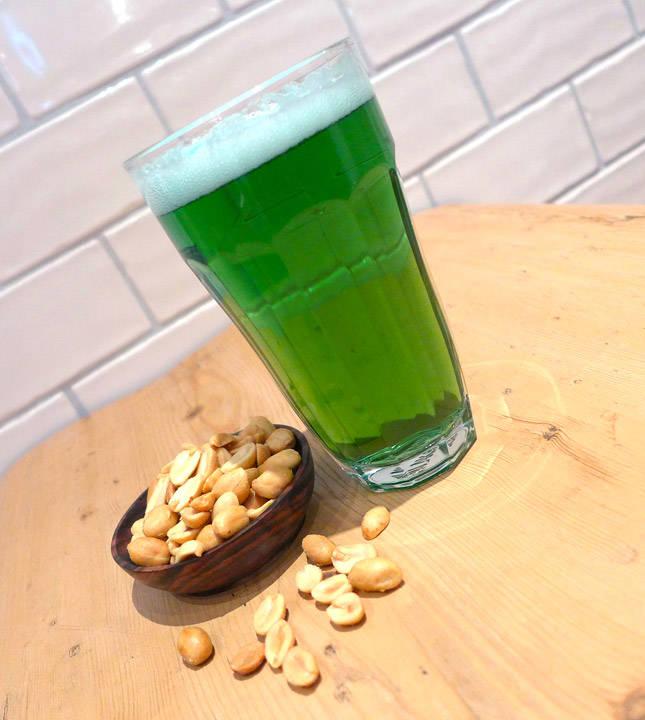 l1090102 - Slik lager du grønn Saint Patrick's Day-øl