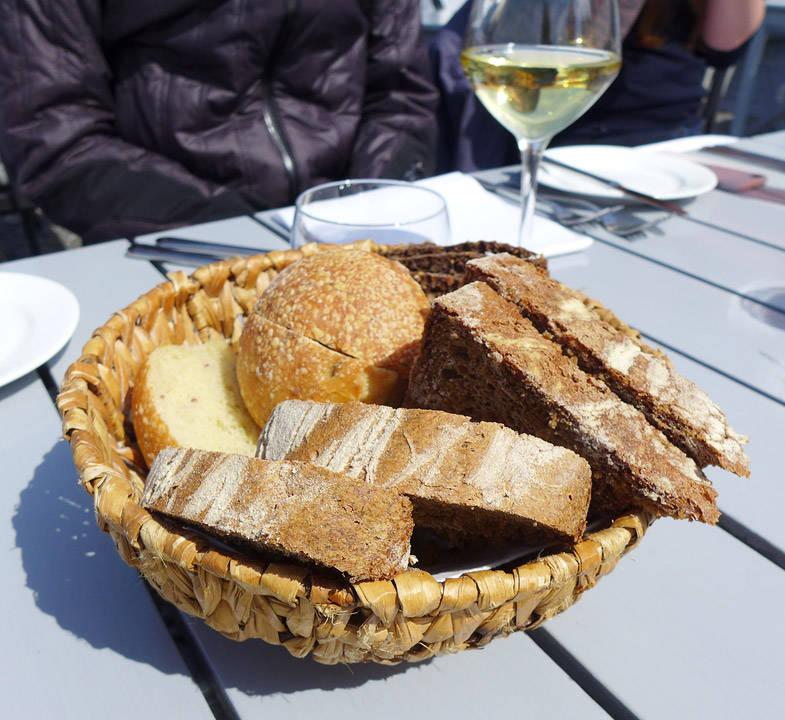 Her er anisbrødet, rugbrød med solsikkerfrø og grekkarboller.