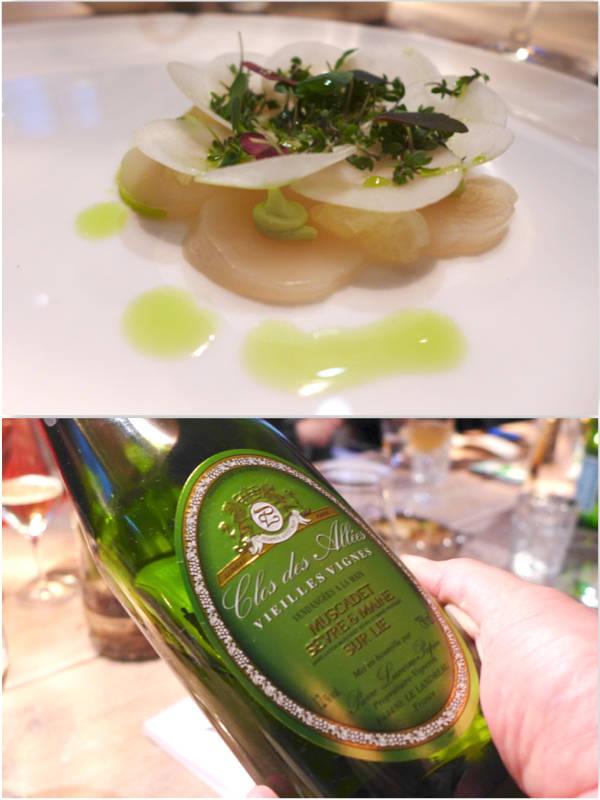 1. rett: Kamskjell. Kamskjell-ceviche med druevinagrette, karseemulsion, jordskokk, brønnkarse og skovsyrer. Drikke: Domaine Luneau Papin, økologisk dyrket.