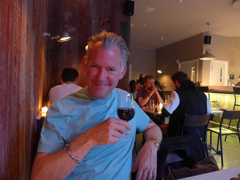 Erik koser seg glugg på fransk restaurant.