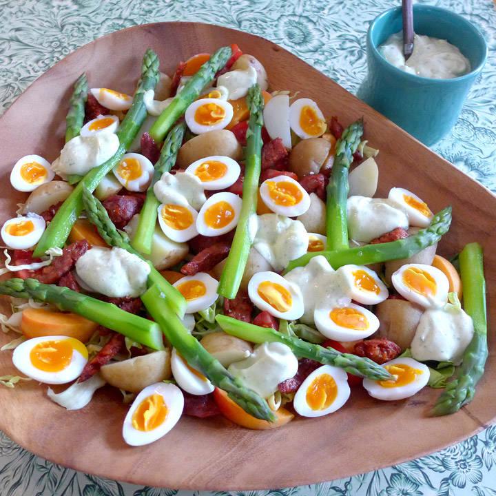 L1150187 - Gourmetsalat med chorizo, vaktelegg og estragonmajones