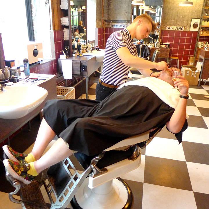 Aquavit-entusiast og snart aquavit-bokaktuelle Espen Smith benytter anlednigen til å få stusset skjegget hos Pels Pels Barber Shop.