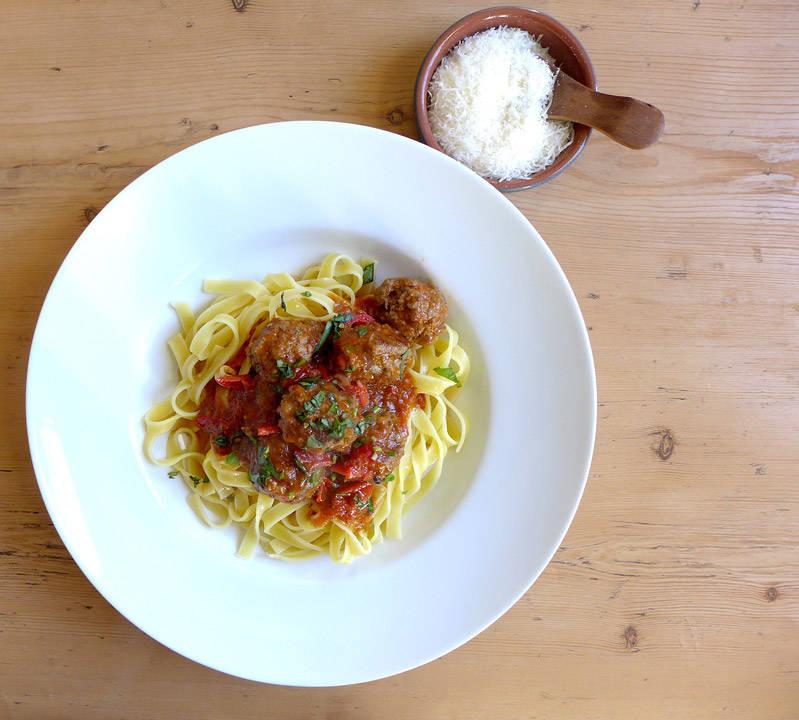 L1130908 - Økologiske kjøttboller med bacon, tomatsaus og pasta