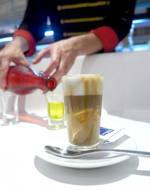 """Kaffe og en hjemmelaget """"Chupito"""""""
