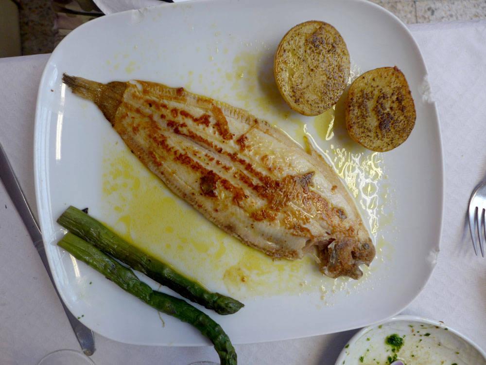 Velbrukt servise med masse skår i, men det gjør jo virkelig ingenting når fisken er perfekt tilberedt.