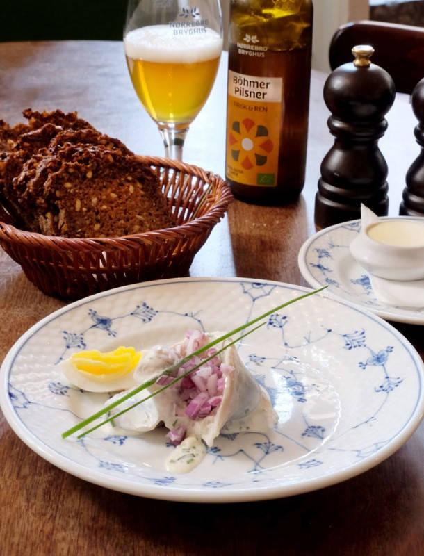 Sild: Hjemmesaltet sld servert med en krem av epler og sjalottløk.