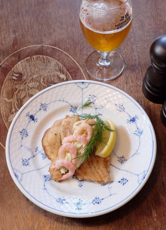 Pannestekt rødtungefilet servert med dillmajones og reker. Så vanvittig godt og for en fisk!