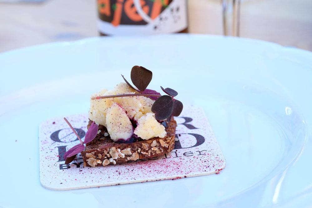 """Sist ute er Arla Unika, som er en egen brand fra osteprodusenten Arla. """"Gammel knas"""" med solbærgelé og solbærstøv."""
