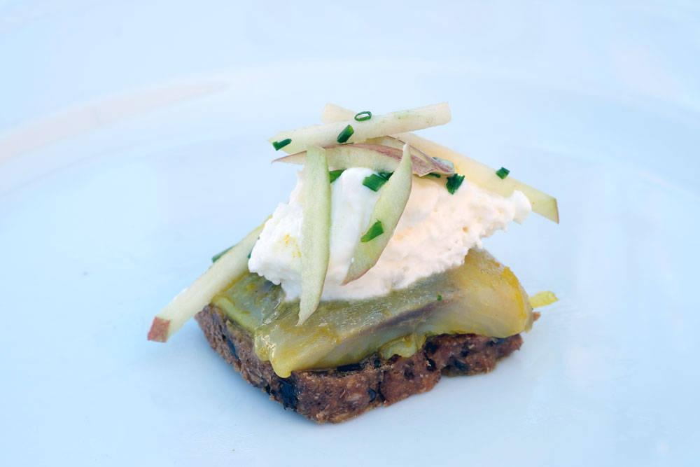 Deilig sild fra Færgecaféen med sjalottløkskrem, karri, eple og ingefær.