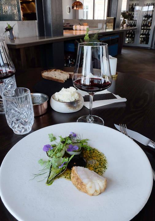Visuelt lekker hovedrett og smaken sitter som et skudd! Havtaske (breiflabb) har en kjøttaktig konsistens som gjør seg så godt til den røde vinen.