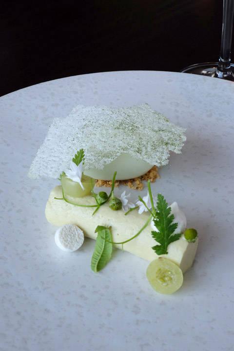 Så er det dessertkokk, Mathilde sin tur til å vise seg frem. Grønne stikkelsbær, grønn kamille og verbena. Dette er desserten for meg! Ikke for søt, men frisk og lett og så utrolig vakker!