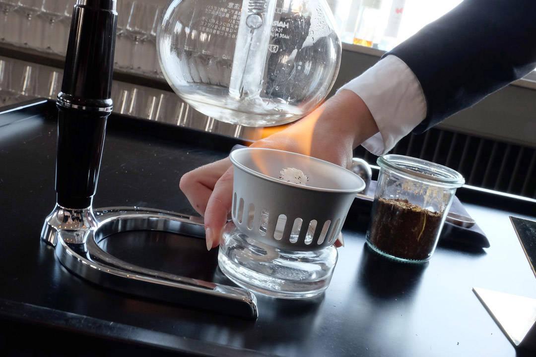 Så er det kaffe! De bruker syphong og kaffe fra Kenya. Kaffen serveres i vinglass på mye lavere temperatur enn det du kanskje er vant til. Dette for at du skal kunne smake kaffen skikkelig.