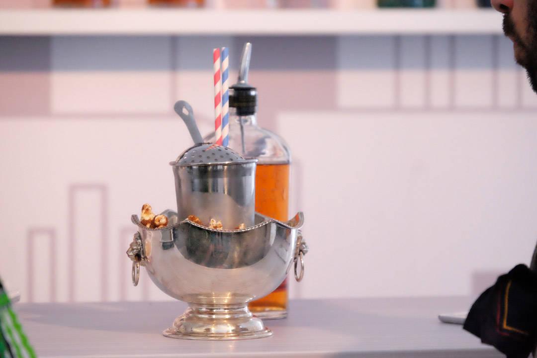 Jørgens fantastiske popcorn-drink (Retro) med popcorn-sirup, bourbon og bitter.