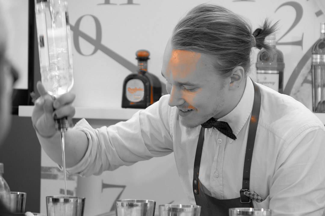 Karl-Martin med et forsøk på å lage 10 cocktails på 10 minutter. Han klarte 9.