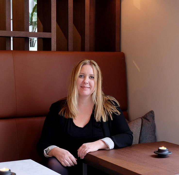 Kari Innerå i kaffebaren.