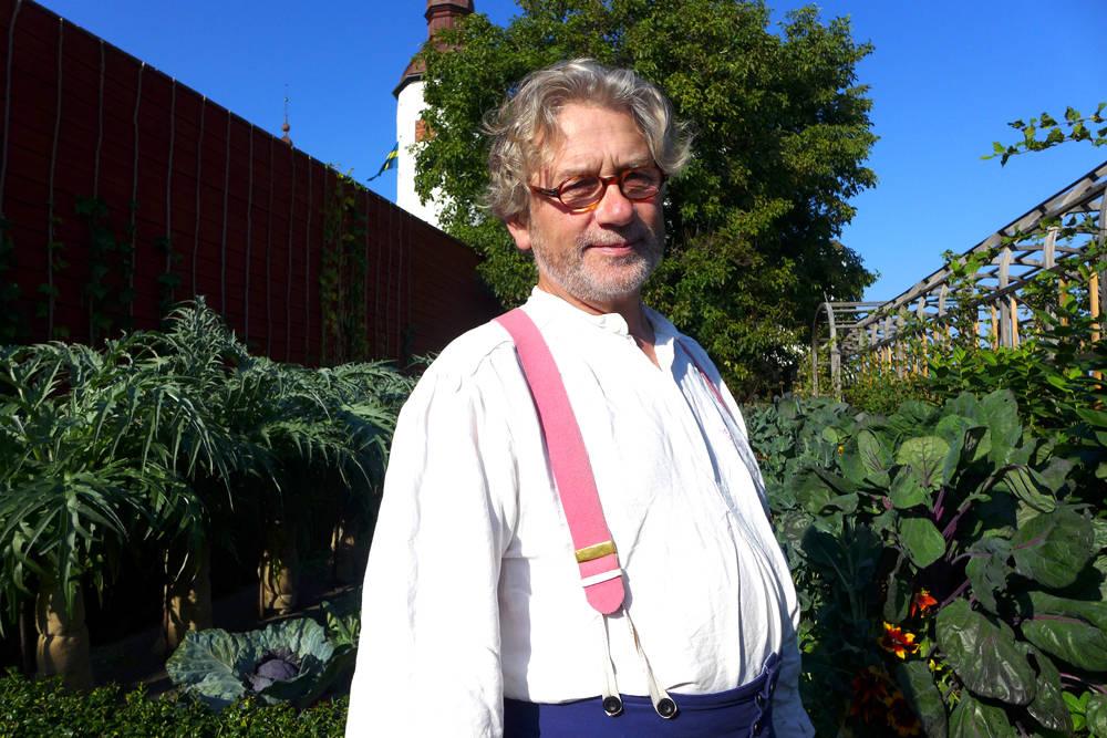 Gartner Simon Irvine har kontroll på den økologiske slottskjøkkenhagen ved Läckö Slott.