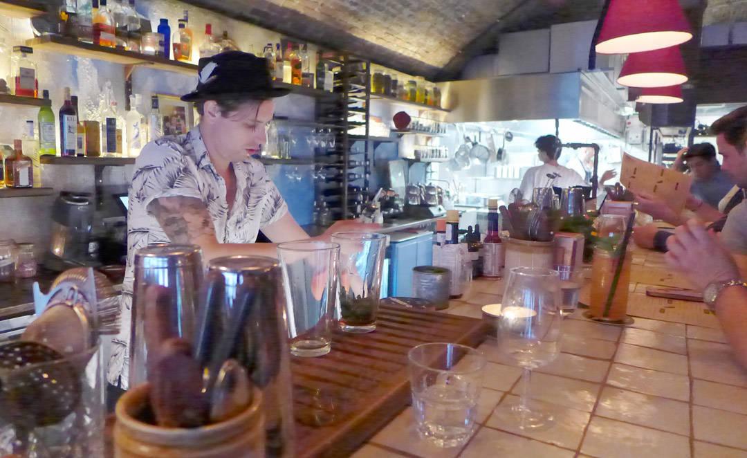 Å sitte i baren å spise og drikke er veldig hyggelig, kan du tro. Prøv å få en plass der.
