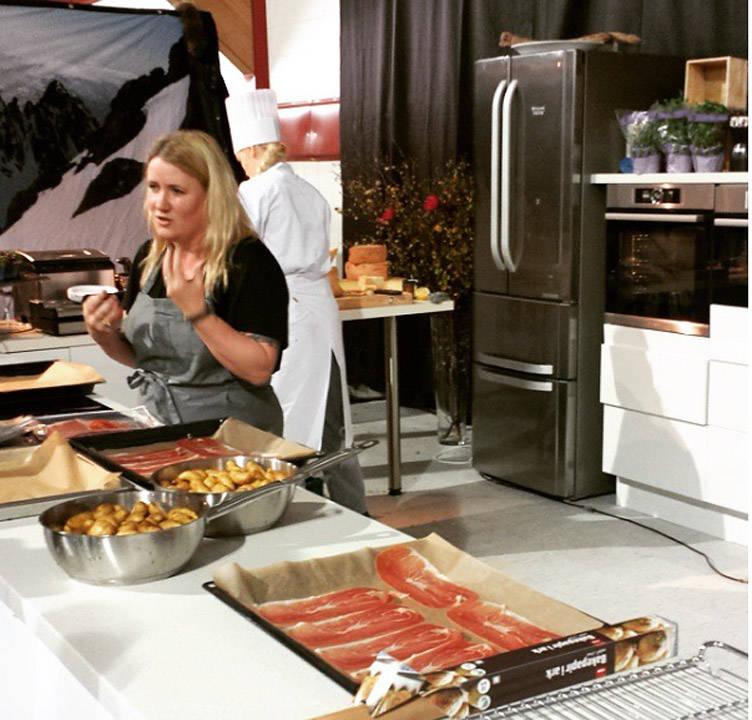 Her står jeg å lager mat. Takk til @akstatle for bildet.