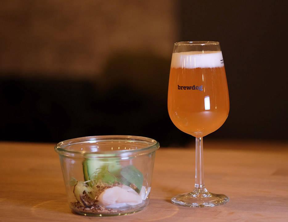 Rimmet kamskjell med nyr, mesk og agurk. Øl: Haandbryggeriet : Bavaria Oktober weizen, 4,5% (Drammen, Norge)