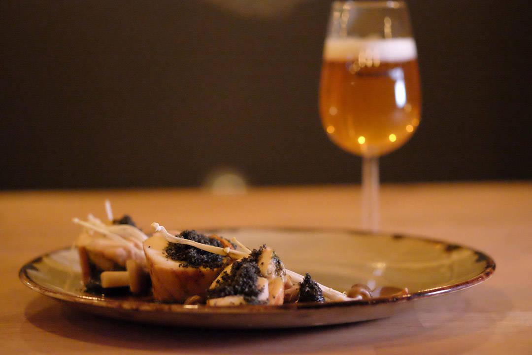 Stekt kylling med skogens sopp, ramsløk og trøffeljord Øl: Lindemans / Mikkeller: Spontanbasil (1-2 år gammel lambic med basilikum) 5,5 % (Danmark/Belgia)