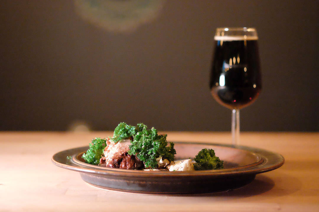 Ølbraisert okse fra Røros med einebærkrem, fritert grønnkål og saltbakt selleri. Øl: Brewdog: Dogma (scotch ale med lynghonning) 7,4 % (Scottland)