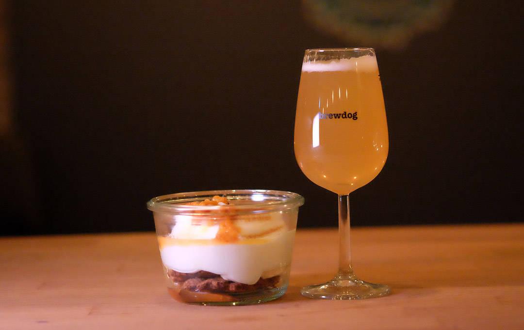 Ølinfusert pannacotta med hvit sjokolade, multer, brent marengs og hylleblomt. Øl: Omnipollo Magic #4:20 Vanilla Waffle wheat (hveteøl med vaniljebønner) 5,2 % (Stockholm, Sverige)