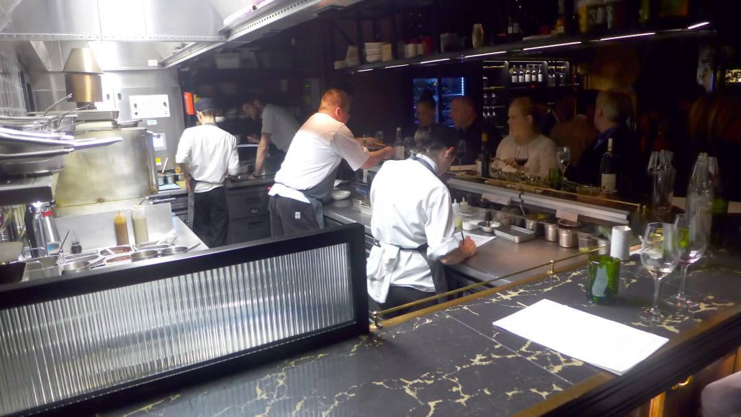 Hoveddisken i første etasje. Her kan du sse kokkene sette sammen rettene mens du spiser. Jeg elsker å spise på denne måten.