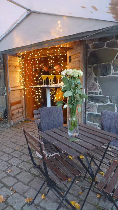 I en oppusset potetkjeller på Vøienvolden gård skulle «vennefesten» finne sted. Jeg har knapt sett et så vakkert lokale.