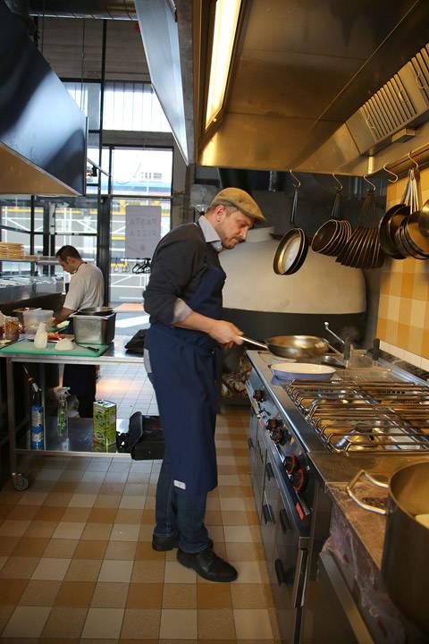 Man kan se at Dag Tjersland liker å lage mat. Han smiler hele tiden.