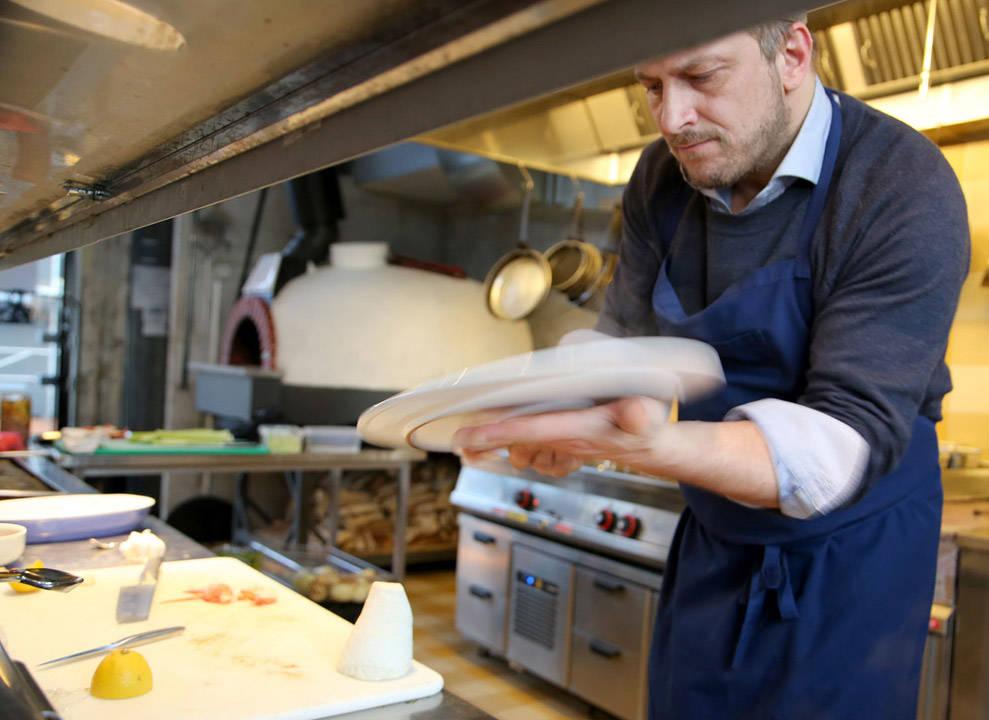 Dag banker tallerkenen på undersiden for at risottoen skal gli perfekt utover. Dette er det virkelige beviset på om du kan lage risotto eller ikke, sier Dag. Sklir den ikke utover har du litt trening igjen.